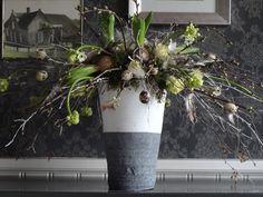 voorjaarsvuurwerk!!  Een explosie van takken met daartussen allerlei voorjaarsbloemen en decoratie materiaal.