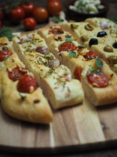 Recipe for simple focaccia bread: 3 delicious variations [Knoblauch & Rosmarin / Tomaten & Pinienkerne / Oliven] - Focaccia bread with garlic and rosemary, tomatoes and pine nuts and olives Focaccia bread with garl - Vegetarian Appetizers, Healthy Pasta Recipes, Bread Recipes, Foccacia Recipe, Focaccia Bread Recipe, Ciabatta, Pampered Chef, Vegan Grilling, Vegan Meal Prep