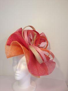 Chapeau de mariage double corolle façon capeline en sisal et plumes www.un-chapeau-a-auteuil.fr