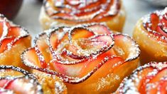 Impress your guests with this beautiful rose-shaped dessert made with lots of soft and delicious apple slices, wrapped in sweet and crispy puff pastry Cooking with Manuela: Apple Roses Apple Dessert Recipes, No Bake Desserts, Delicious Desserts, Apple Recipes, Drink Recipes, Streusel Muffins, Apple Roses, Apple Rose Pastry, Apple Rose Tart