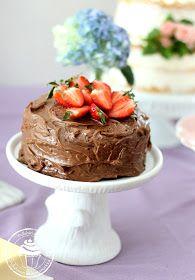 Ihana ja helppo minttusuklaakakku vaikka äitienpäivän pöytään tai kevään ja kesän kakkubuffaan. Moist mint chocolate cake recipe for mom or cake buffet. Easy to make!