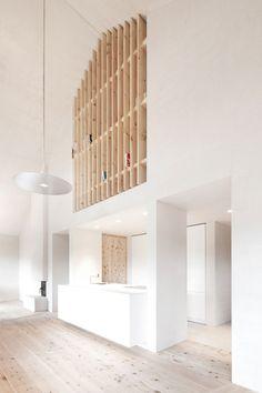 【絶妙なる屋根裏空間】吹き抜けの上の巨大作り付け本棚 | 住宅デザイン