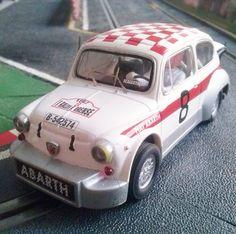 ¡Peligro, bomba en la pista! Fiat Abarth 1000 de #Scalextric. Diversión asegurada