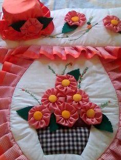 lenceria de baño                                                                                                                                                      Más Tambour Embroidery, Hand Embroidery Stitches, Crochet Flower Patterns, Crochet Motif, Crochet Lace, Chicken Crafts, Diy Y Manualidades, Bathroom Crafts, Toilet Accessories