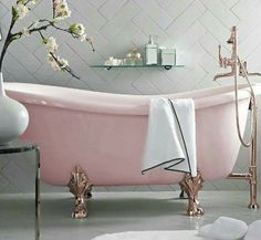 Pink bathtub is so cute!