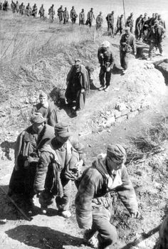 1944, Russie, Odessa, Une colonne de POWs allemands en marche