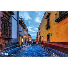 La de la calle intensamente colorida