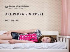 DAY 11/100: Today we introduce you AKI-PEKKA SINIKOSKI!! Aki-Pekka Sinikoski tunnetaan monipuolisena henkilökuvaajana, jonka kuvia on ollut esillä laajasti niin Suomessa kuin kansainvälisestikin. Hänen kuvansa ovat usein värikkäitä, koskettavia ja lempeän humoristisia. Sinikoski kuvaa itse taiteellista työskentelyään pitkäkestoiseksi ja aikaa vieväksi. Tämä johtuu paitsi pitkäjänteisestä työrytmistä myös hänen halustaan saada kuvasarjoihin näkyviin ajan kuluminen. Sinikoski kertookin…