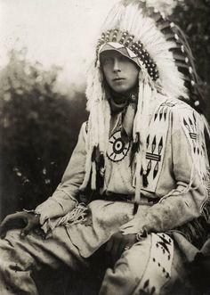 Эдуард VIII: король,  отказавшийся  от  престола. Это  Принц  Эдуард  в  Канаде  в  костюме  вождя  индейцев.