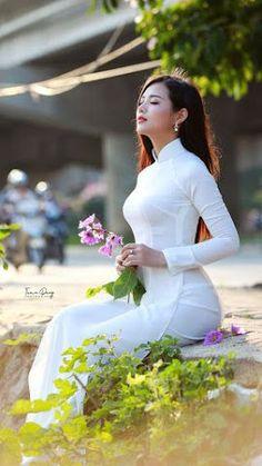 Asian Girl in Vietnamese Long Dress. Ao Dai, Vietnamese Traditional Dress, Vietnamese Dress, Traditional Fashion, Traditional Dresses, Beautiful Asian Women, Asian Woman, Asian Beauty, Toddler Girls