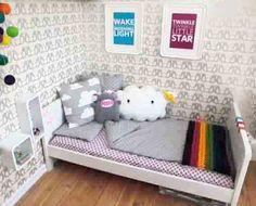petits cubes a cote du lit, sur le mur