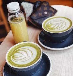 God morgon  börjar dagen med en god #matchalatte  Matcha är grönt te som innehåller antioxidanter och klorofyll och man blir en piggelin av det  MITT RECEPT PÅ MATCHALATTE: Blanda 1/2 tsk ekologiskt matchpulver (länkar till min favorit i story) med en skvätt kokande vatten och rör ner lite vaniljpulver. Skumma sedan barista havremjölk och häll över. Jag brukar även peppra lite kardemumma över. MUMS!  #recept