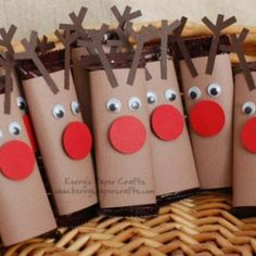 Mini Reindeer Candy Bar Wrappers {Homemade Christmas Gift} would be cute to make for the guys at work