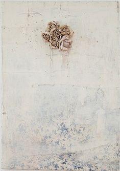 Lawrence Carroll    Artwork  Untitled (blue ivy painting)  2011-2012  Huile, cire, toile et fleurs en plastique sur bois  © Courtesy of the artist and Galerie Karsten Greve