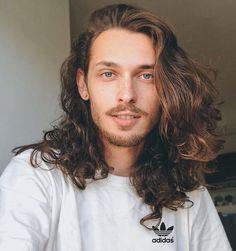 He kinda looks like Nigel from The Wild Thornberrys xD