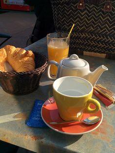 Petit déjeuner sur la place du marché d'Arcachin, sous le soleil en février #mêmepasfroid
