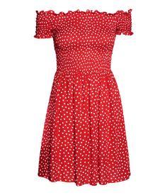 Rot/Gepunktet. Kurzes, schulterfreies Kurzarmkleid aus gecrinkeltem Viskosestoff mit gesmoktem Oberteil. Das Kleid hat eine Teilungsnaht in der Taille und
