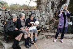 Post with 628 views. A photographer caught three Greek grannies singing to the little boy of a Syrian refugee that just washed ashore in order to calm him down and get him to eat Powerful Pictures, Best Funny Pictures, Kai, Parent Tattoos, New Sibling, Syrian Refugees, Nobel Peace Prize, Mahatma Gandhi, Greece