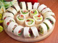 Odpowiednia przekąska na imprezę jest szybka i smaczna. Niezastąpione są roladki z tortilli.