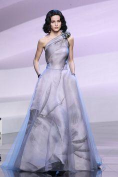 Pin for Later: Diese Couture-Hochzeitskleider lassen Herzen höher schlagen Giorgio Armani Privé Haute Couture Frühjahr/Sommer 2016