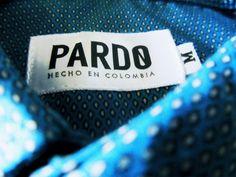 Camisas manga larga con pequeños estampados y otras básicas disponibles en nuestra tienda.Dress like Pardo!