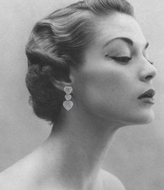 Vintage Hairstyles Curls This actually looks later than the (almost but lovely finger waves never the less! - A brief history of hairstyles through the ages. Hair Doo, My Hair, 3 4 Face, Pelo Vintage, Vintage Waves, Vogue Models, Look Retro, Modern Retro, Corte Y Color