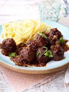 In Wein geschmort werden die Hackbällchen besonders aromatisch. Dazu passen Spaghetti.