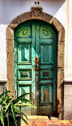 in Gran Canaria, Old Doors, Windows And Doors, Unique Doors, Canario, Canary Islands, Painted Doors, Door Knockers, Closed Doors, Doorway