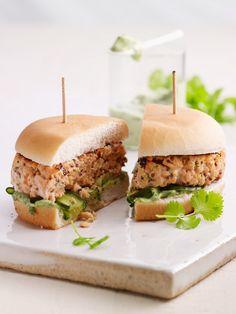 Fisch-Burger mit LAchsfilet und Wasabi  | Zeit: 25 Min. | http://eatsmarter.de/rezepte/fisch-burger-1