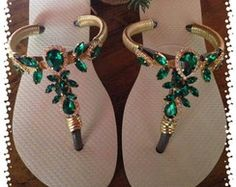Chinelo decorado Cute Slippers, Crochet Slippers, Beaded Beads, Beaded Jewelry, Pump Shoes, Shoes Sandals, Dress Shoes, Decorating Flip Flops, Jeweled Sandals