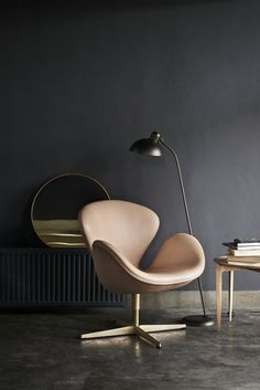 This is a special Anniversary edition of the famous Arne Jacobsen Swan chair by Fritz Hansen. Upholstered in Pure leather, with a gold plated base. Fritz Hansen, Poltrona Swan, Egg Sessel, Chair Design, Furniture Design, Art Furniture, Arne Jacobsen Chair, Chaise Diy, Berlin Design