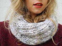 Una sciarpa di lana perfetta per l'arrivo dell'inverno. Scoprite con noi come realizzarla.