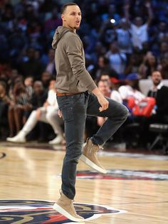 Stephen Curry of the Golden State Warriors reacts after the 2017 JBL ThreePoint Contest at Smoothie King Center on February 18 2017 in New Orleans. Stephen Curry Family, The Curry Family, Nba Players, Basketball Players, Mvp Player, Basketball Legends, Curry Wallpaper, Wardell Stephen Curry, Stephen Curry Basketball