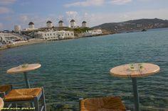 Terrasse au bord de mer face aux moulins de Mykonos - Cyclades - Grece