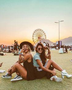 Festival Looks, Friendship Photos, Photo Recreation, Look Rock, Rock Festivals, Girl Couple, Foto Instagram, Bff Pictures, Friend Pictures