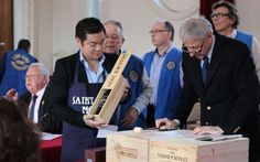 En mars dernier, les membres du Lions Club de la région mantaise organisaient une vente aux enchères de grands crus destinée à diverses oeuv...