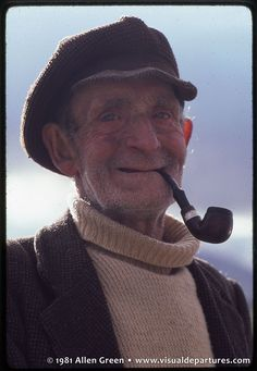 Irish man smoking the pipe.he looks like he's seen a lot of life. And I think that is beautiful. Old Irish, Irish Men, We Are The World, People Around The World, Old Fisherman, Man Smoking, Pipe Smoking, Irish People, Irish Eyes Are Smiling