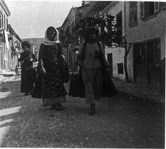 """Πάτρα. Χωρικές στην κάτω Πόλη. Hubert Pernot """"Εξερευνώντας την Ελλάδα. Φωτογραφίες 1898-1913"""" Greeks, Darth Vader, Memories, Fictional Characters, Souvenirs, Remember This, Fantasy Characters"""