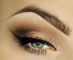 maquillage yeux avec eye-liner noir et fard à paupières à paillettes