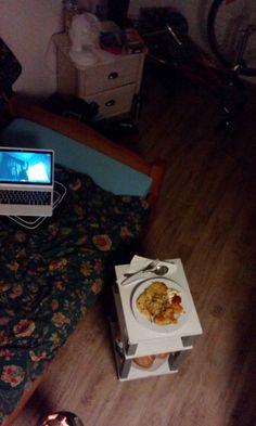 Chicken Nuggets mit Reibekuchen, kreativer Schreibtisch im begehbaren KleiderschrNk. Guten Appettit!