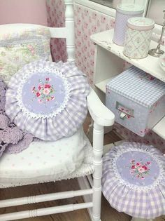 pretty cushions and wallpaper Sewing Pillows, Diy Pillows, Decorative Pillows, Casas Shabby Chic, Lavender Cottage, Round Pillow, Shabby Chic Homes, Cottage Chic, Cottage Style