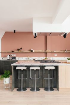 i've love britain's devol kitchens — beautifully designed, dramatic and always unique. this time devol's designed something that's spot-on gorgeous: pale peachy pink walls paired with marble counte… Interior Desing, Interior Design Kitchen, Kitchen Decor, Kitchen Walls, Green Countertops, Murs Roses, Devol Kitchens, Pink Kitchens, Cocinas Kitchen