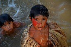 Índios Yawanawá tomando banho no Rio Gregório