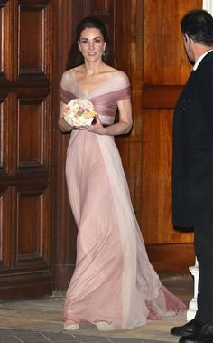The Duchess of Cambridge wears a delicate pink Gucci gown as she leaves 100 Women in Finance event at the Victoria & Albert Museum Lady Diana, Duchess Kate, Duke And Duchess, Reine Victoria, Queen Kate, Queen Elizabeth, Gucci Gown, Outfits Fiesta, Princesa Kate Middleton