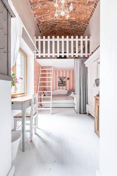 Niezwykły ceglany sufit w pokoju dziecięcym | antresola | mezzanine / girl room | kids room | vintage furniture | high ceiling kids room | Wnętrza Zewnętrza
