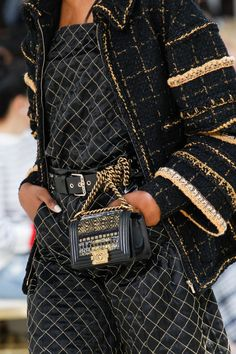Chanel Fall 2016 Ready-to-Wear Fashion Show Details: See detail photos for Chanel Fall 2016 Ready-to-Wear collection. Look 60 Chanel Couture, Fashion Week Paris, Runway Fashion, Womens Fashion, Fashion Details, Love Fashion, High Fashion, Fashion Design, Style Fashion