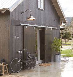 check out these Copper Barn lights. Barn style home with exterior barn doors and copper barn lights. Lighting is Rejuvenation Carson Gooseneck Photo By Rejuvenation Modern Barn, Modern Farmhouse, Farmhouse Homes, Modern Garage, Ideas Cabaña, Door Ideas, Garage Ideas, Exterior Barn Doors, Barn Garage