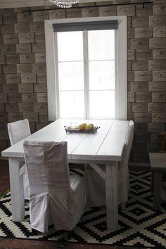 Valkoinen, kulutettu lankkupöytä