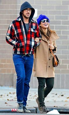 Ryan Gosling & Eva Mendes: Thanksgiving Stroll in New York City!: Photo Ryan Gosling walks arm in arm with his girlfriend Eva Mendes during a Thanksgiving morning stroll on Thursday (November in New York City. Ryan And Eva, Eva Mendes And Ryan, Ryan Gosling Baby, Men's Style Icons, Modern Mens Fashion, Men's Fashion, Winter Fashion, Hipster Man, Grunge Look