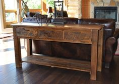 massiver Konsolentisch aus echtem Holz hinter Sofa stellen